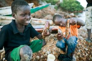 Niños jugando con un pez capturado en la pequeña comunidad de pescadores de Corniche Ouest. Dakar, Senegal. Christian Aslund/Greenpeace