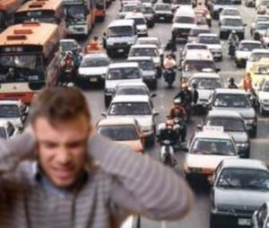La contaminación acústica, una persona se tapa los oídos por el ruido del tráfico