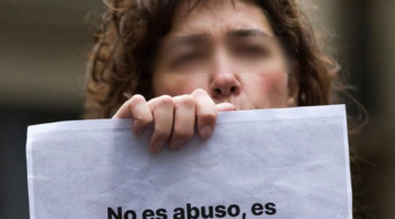 """Una mujer muestra un cartel de """"No es abuso es violación"""""""